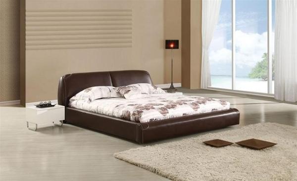 Двуспальная кровать с кожаным изголовьем